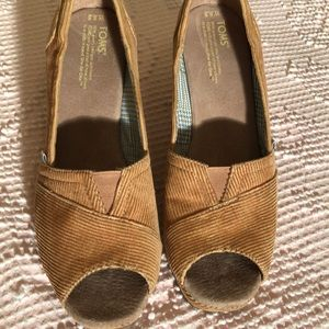 Tom's wedge shoe size W8.5 tan color. F3